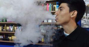 Mientras los cigarrillos electrónicos (foto de la derecha) se enfocan en generar menos humo, los vapeadores pueden producir grandes cantidades de vapor, pero se pueden usar en espacios públicos. /FOTO JUAN RODRÍGUEZ PÉREZ